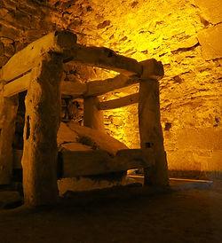 Meule à poudre noir chateau de la roche goyon fort la latte bretagne médiévales moyen age