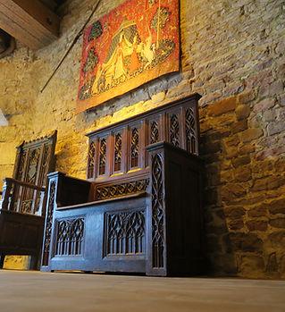 salle_du_seigneur_donjon_meuble_cathédre.JPG