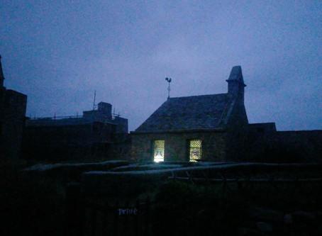 Le Fort La Latte à la nuit tombée...