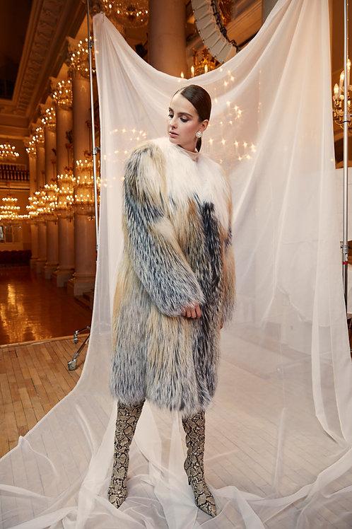 Пальто из вязанных лис