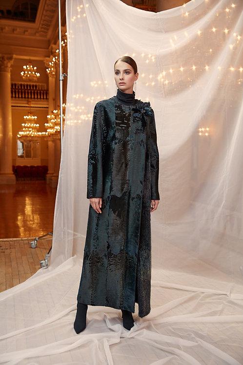 Пальто из металлизированной каракульчи с цветком