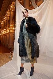Вязанное пальто из черной и металлизированной лисы