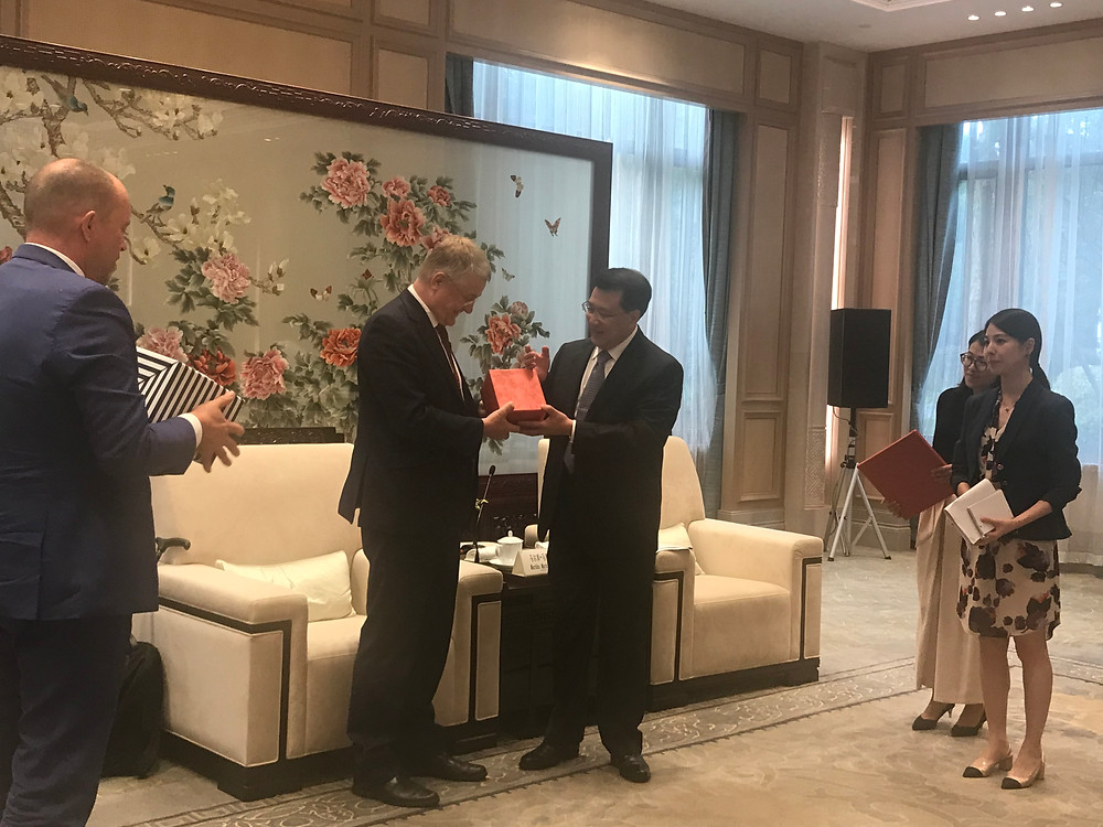 Markku Markkula exchanging gifts with Yuan Jiajun