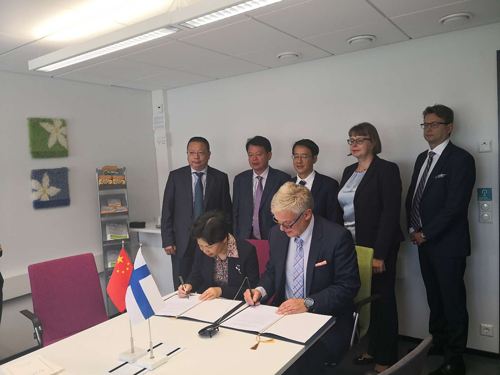 Juha Eskelinen and Ge Huijun signing the LoI