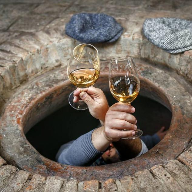 En plein qvevri: l'homme descend du vin.