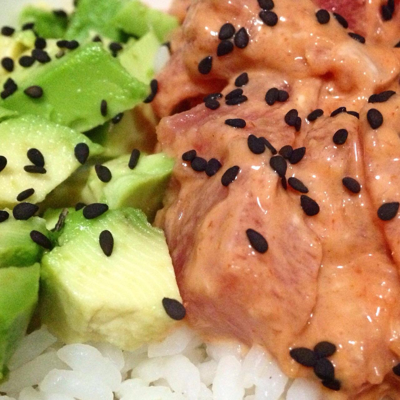 Duo de spicy tuna y aguacate