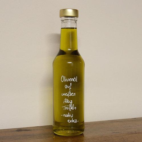Olivenöl auf weißem Alba Trüffel