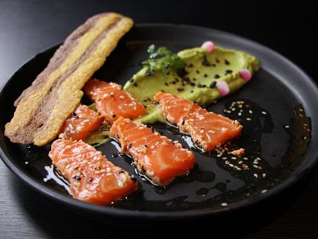 Tataki de saumon, sésame et guacamole au curry.