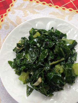 Folha de brócolis refogada