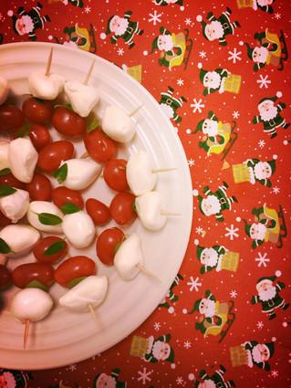 Espetinho de mozzarella, manjericão e tomatinho