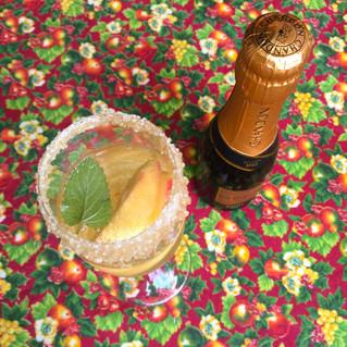 Champanhe com pêssego e hortelã