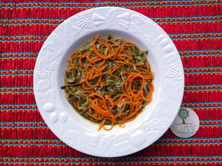 Creme de brócolis com folhas de cenoura