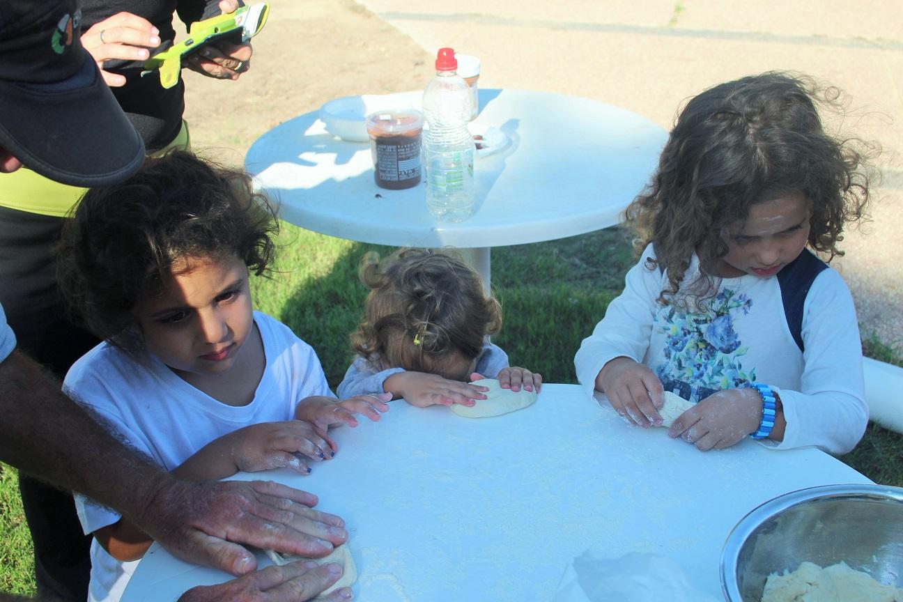הילדים מכינים פיתות