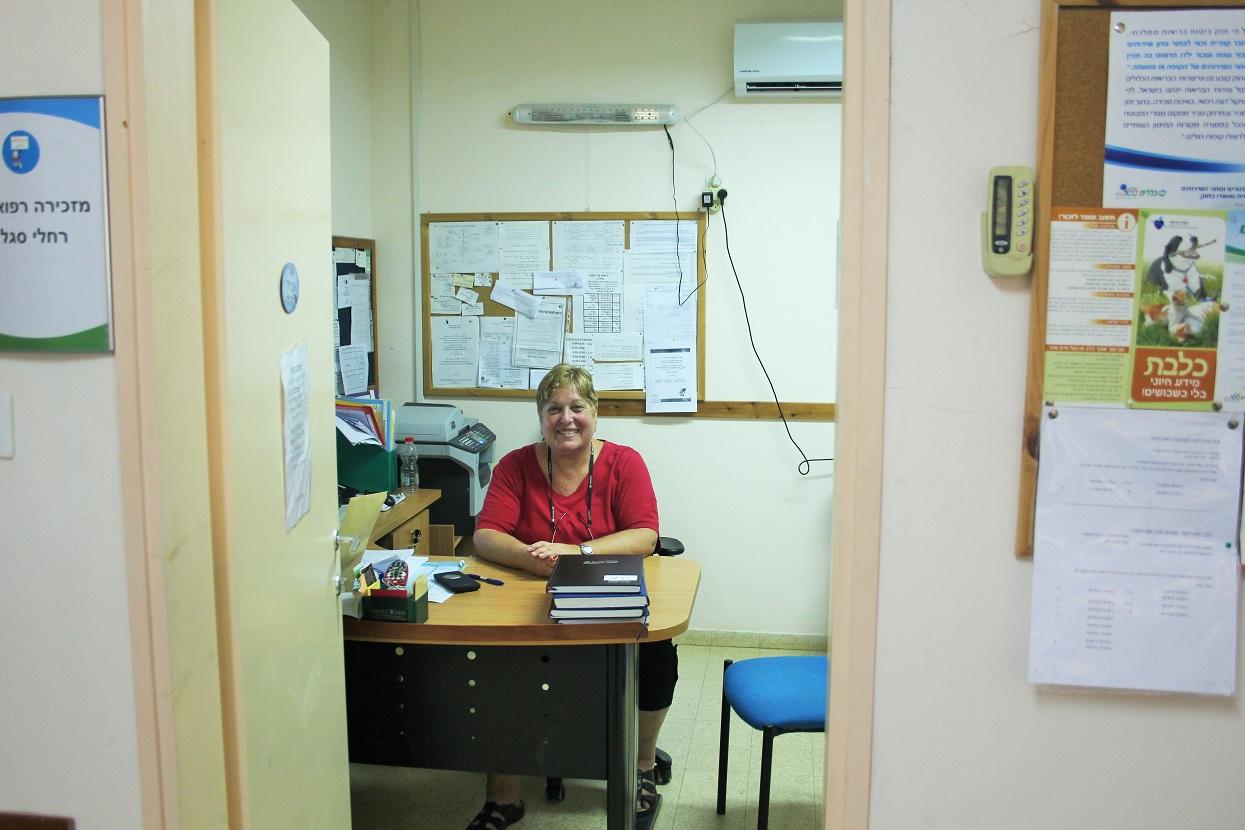 רחל במשרד המרפאה