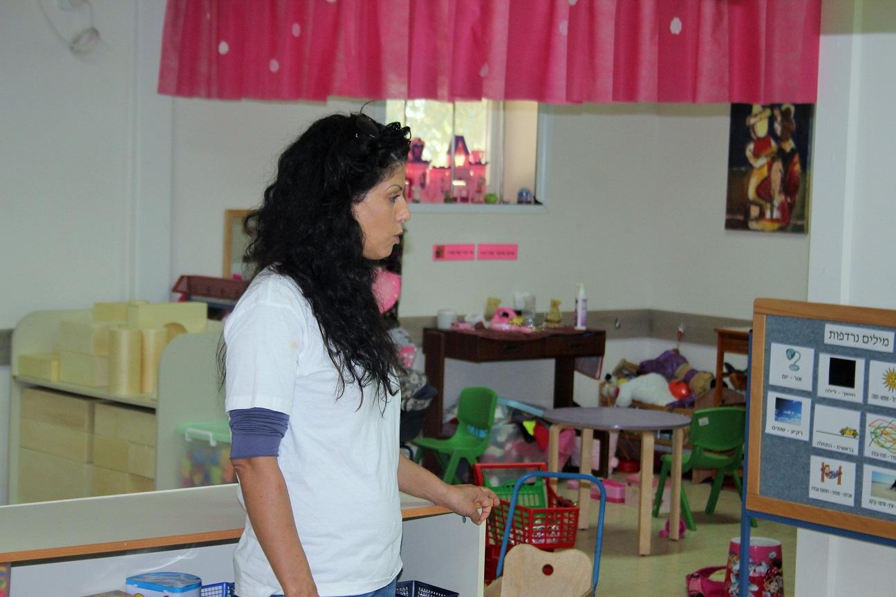 דנה מסבירה על החינוך בקיבוץ