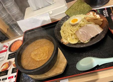 営業のTです。今日のランチは「札幌海老麺舎」のつけ麺で!元々は有名店「竹本商店」から独立(?)枝分かれ(?)したようですね。最後までアツアツの伊勢海老つけ麺を久しぶりにいただきました。