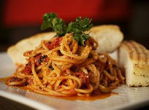 spaghetti, bread, garnish