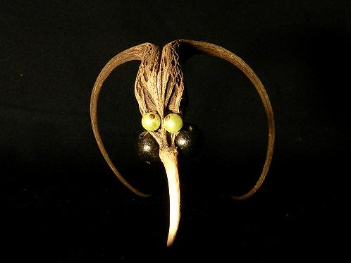 Sculpture singulière. Graine et perles. Idée cadeau originale. De 10 à 15 cm.
