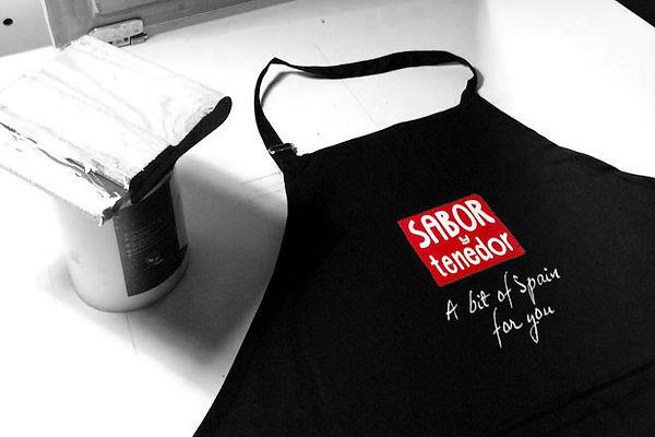 Delantal de la marca Sabor y Tenedor serigrafiado por Trafico Grafico