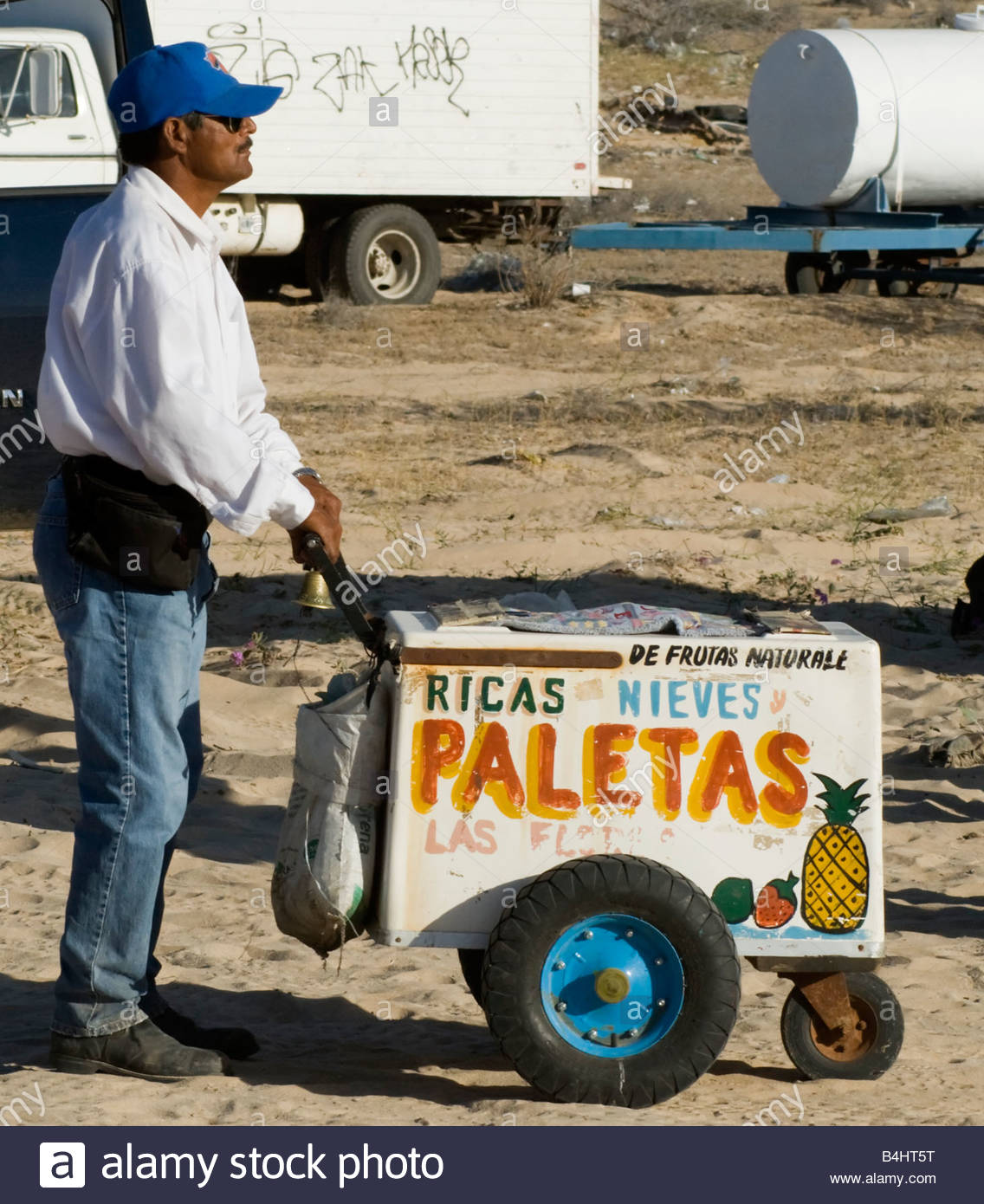 paletas-for-sale-a-man-and-his-ice-cream-cart-B4HT5T