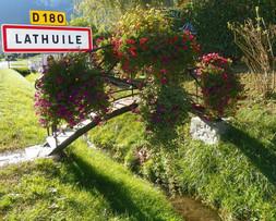 Eingang zum Dorf Lathuile