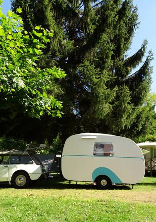 caravane et voiture rétro
