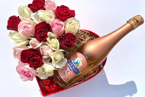 מארז לב עם ורדים אמיתיים שוקולד ויין