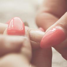 Dépose de faux ongles.