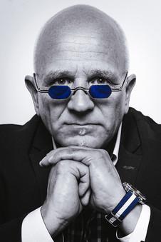 businessman-mann-portrait-schwarz weiß-blaue uhr-sonnenbrille-ernster blick-lengerich