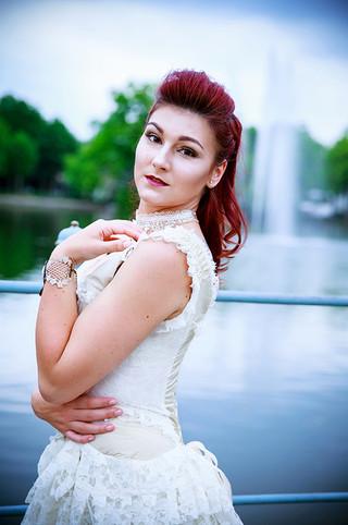 barock-frau-rote haare-fontaine-edel