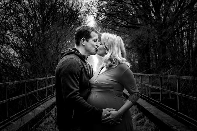 schwarzweiß-paar-schwangerschaft-fotoshooting-schwarz weiß-kuss-liebe