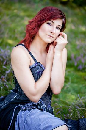junge frau-jeanskleid-rotes haar-schüchtern-heide-portrait
