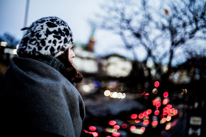 portrait-frau-hamburg-fernweh-melancholisch-winter-mantel-reflexion