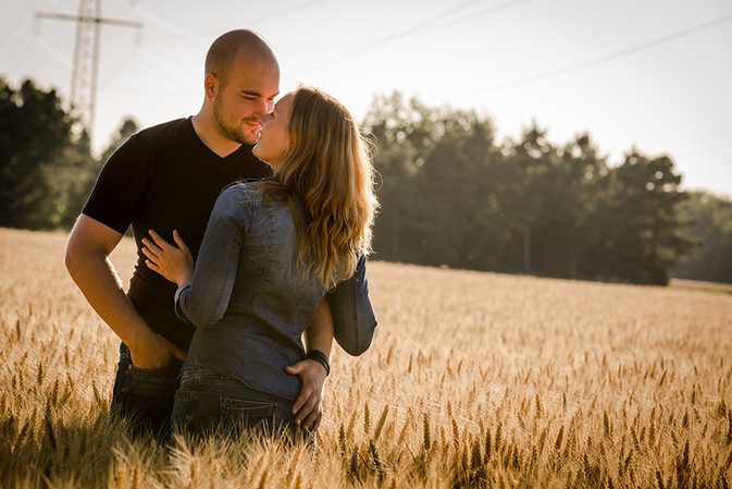 paar-verliebt-liebe-blick-verbunden-feld-portraits-fotoshooting