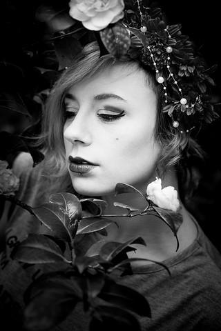 frau-schwarz weiß-headpice-blüten-sinnlich