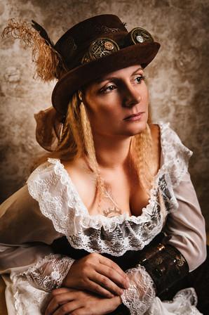 frau-steampunk-kreativ-portrait-fotoshooting-braun-hut-feder