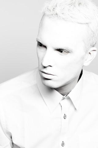 portrait-mann-weiß-highkey-kreativ-fotoshooting-ernst