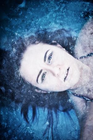 frau-blau-pool-fotoshooting
