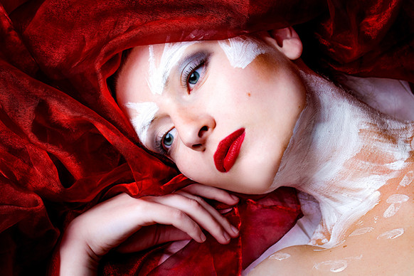beauty-portrait-kreatives-makeup-rote lippen-editorial