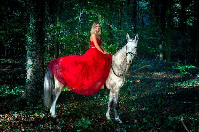 frau-blond-rotes kleid-schimmel-pferd-komplimentär-wald