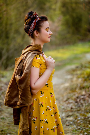 frau-lederjacke-senfgelb-kleid-steinbruch-vintage-haarband-portrait