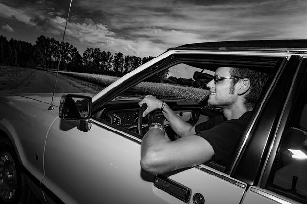 mann-auto-opel-portrait-schwarz-weiß-freude am fahren-feld