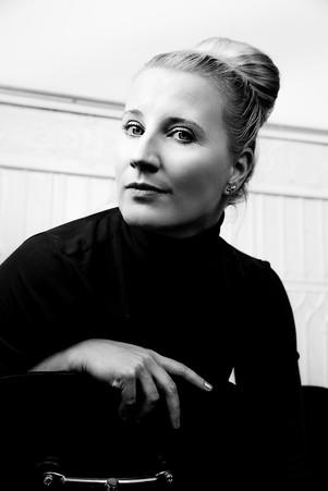 portrait-frau-künstlerin-sala lieber-schwarz weiß-charakter