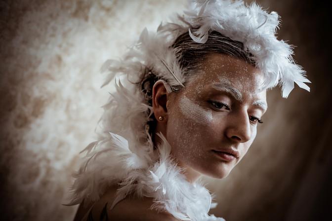 beauty-portrait-frau-federn-model-editorial-braun-weiß
