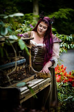 wald-bad iburg-frau-reh-make up-mittelalter-klavier im wald-fotoshooting