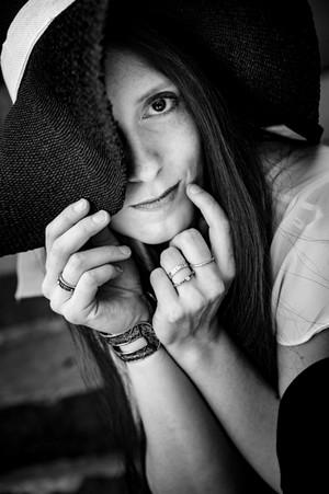 frau-gesicht-hände-schwarz-weiß-fotoshooting-bad iburg-hut