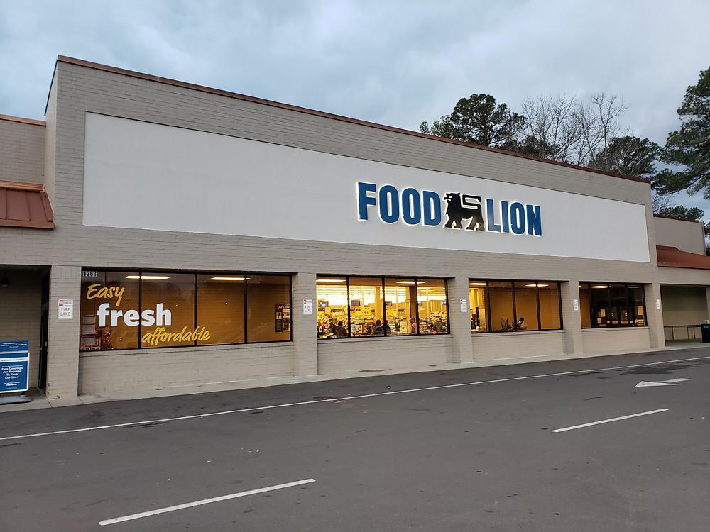 Exterior entrance to Food Lion Grocer