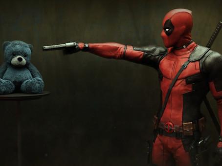Como funciona a violência nos filmes de Deadpool?