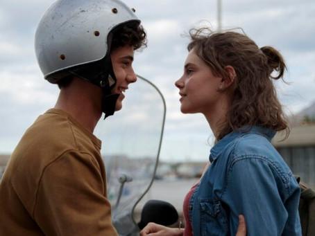 Crítica: 'Na Mesma Onda', da Netflix, é filme adolescente que repete fórmulas