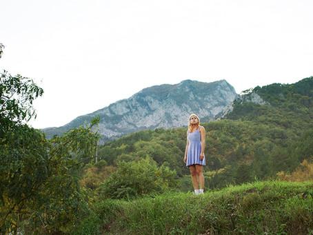 Crítica: 'Me Leve para um Lugar Legal' explora realidades da Bósnia